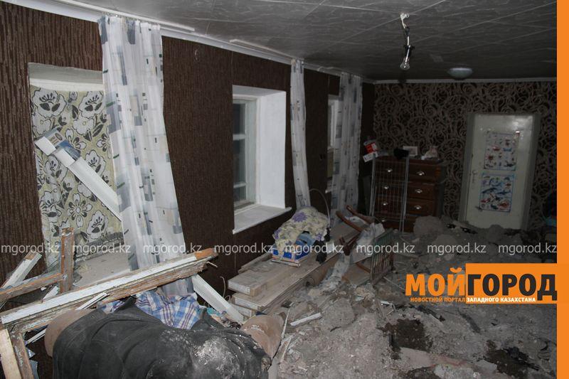 Новости Уральск - В Уральске автомобиль протаранил стену и заехал в частный дом (фото, видео) dtp mashina v dome (4)