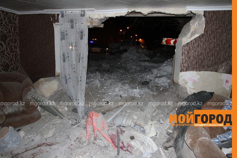 Новости Уральск - В Уральске автомобиль протаранил стену и заехал в частный дом (фото, видео) dtp mashina v dome (5)