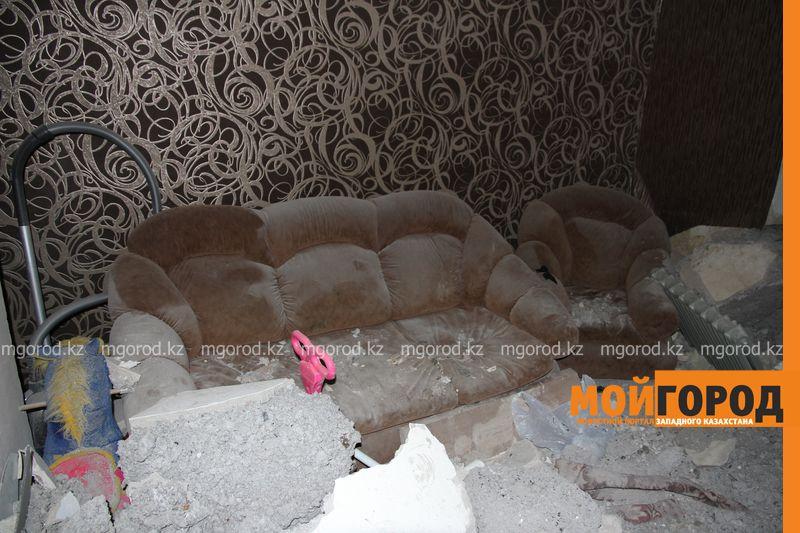 Новости Уральск - В Уральске автомобиль протаранил стену и заехал в частный дом (фото, видео) dtp mashina v dome (6)