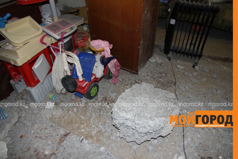 Новости Уральск - В Уральске автомобиль протаранил стену и заехал в частный дом (фото, видео) dtp mashina v dome (7)