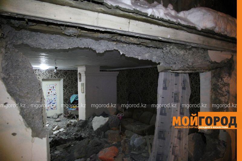 Новости Уральск - В Уральске автомобиль протаранил стену и заехал в частный дом (фото, видео) dtp mashina v dome (8)