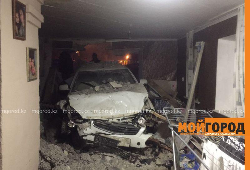 Новости Уральск - В Уральске автомобиль протаранил стену и заехал в частный дом (фото, видео) dtp mashina v dome (9)