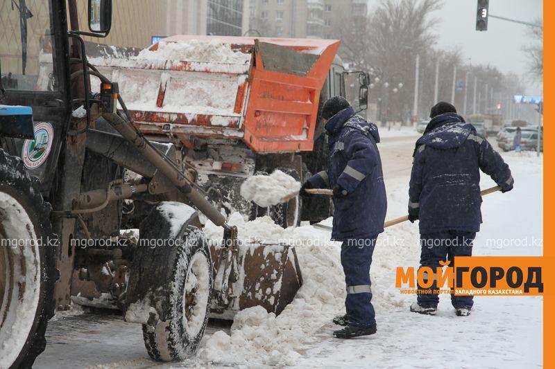 Обрушившийся с крыш многоэтажек снег повредил несколько машин в Уральске krysha sneg (1)