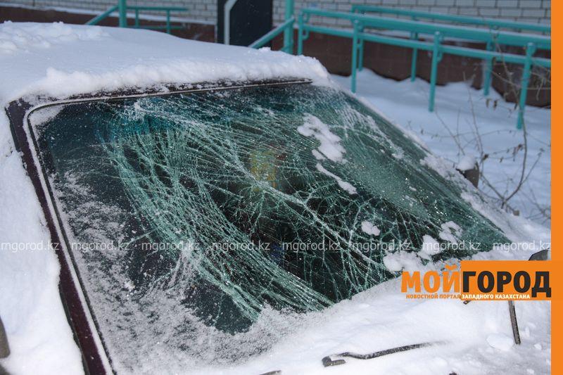 Обрушившийся с крыш многоэтажек снег повредил несколько машин в Уральске krysha sneg (6)