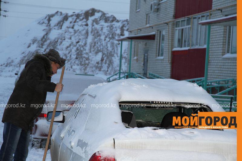 Обрушившийся с крыш многоэтажек снег повредил несколько машин в Уральске krysha sneg (7)