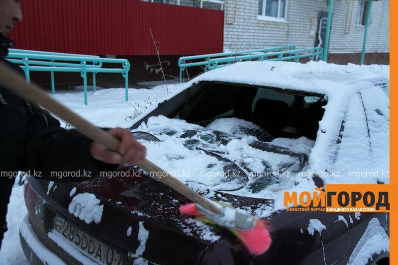 Обрушившийся с крыш многоэтажек снег повредил несколько машин в Уральске krysha sneg (8)