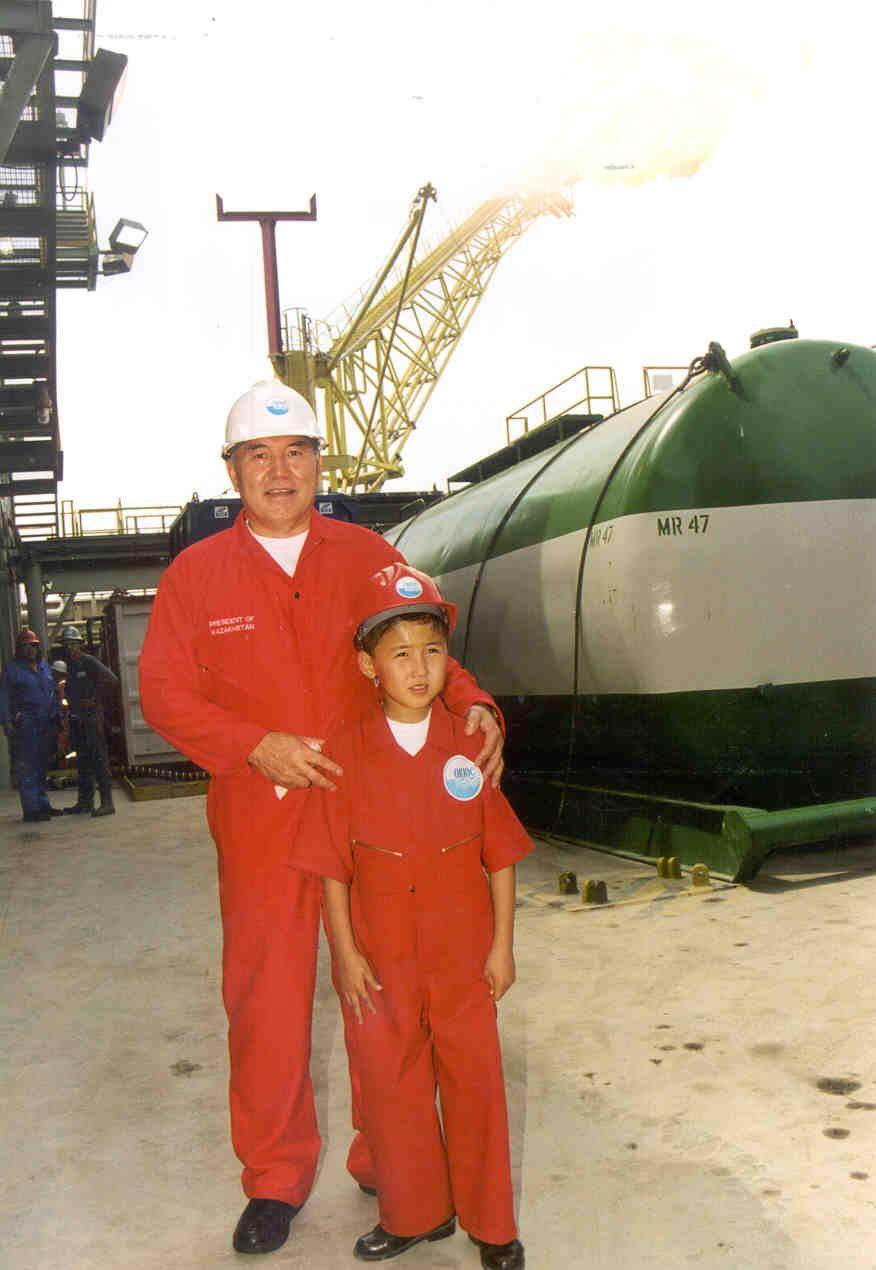 Назарбаев встретил в Атырау мальчика, которого 16 лет назад помазал нефтью nursultanberi2