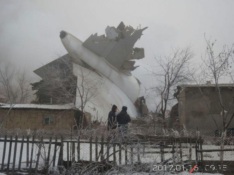 Новости - В Кыргызстане грузовой самолет упал на жилые дома 2017-01-16_09-19-15_204488_w [800x600]