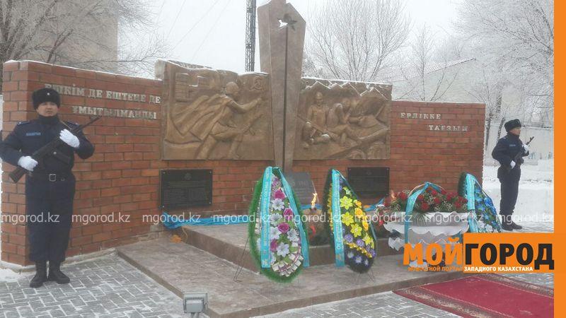 Новости Актобе - Мемориальную доску открыли в Актобе в память о погибших во время теракта военных 5628efd4-c3b3-4de0-bf71-d34e94fa07ba [800x600]