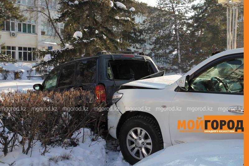 Автоледи на внедорожнике снесла 6 автомобилей в Уральске dtp shest mashin (1)