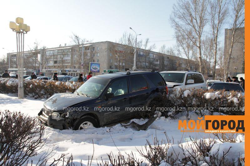 Автоледи на внедорожнике снесла 6 автомобилей в Уральске dtp shest mashin (2)