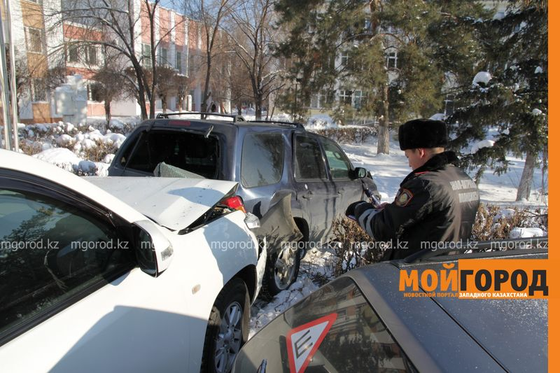 Новости Уральск - Автоледи на внедорожнике снесла 6 автомобилей в Уральске dtp shest mashin (3)