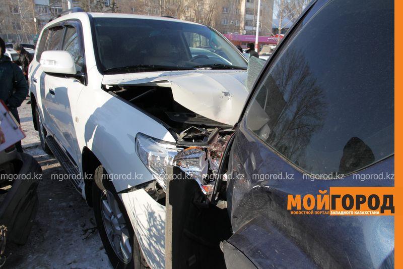 Автоледи на внедорожнике снесла 6 автомобилей в Уральске dtp shest mashin (4)