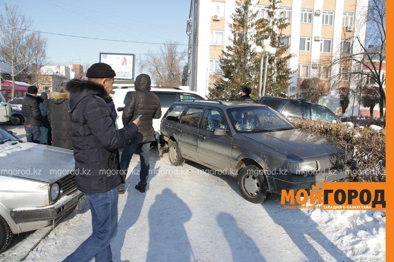 Автоледи на внедорожнике снесла 6 автомобилей в Уральске dtp shest mashin (5)