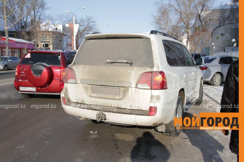 Автоледи на внедорожнике снесла 6 автомобилей в Уральске dtp shest mashin (6)