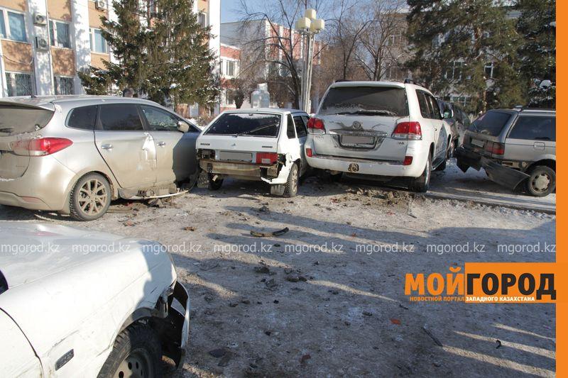 Автоледи на внедорожнике снесла 6 автомобилей в Уральске dtp shest mashin (7)