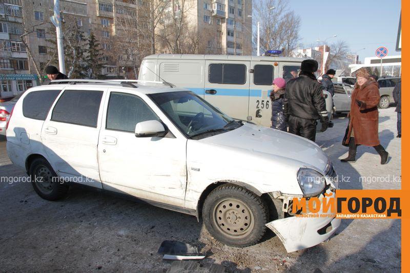 Автоледи на внедорожнике снесла 6 автомобилей в Уральске dtp shest mashin (8)