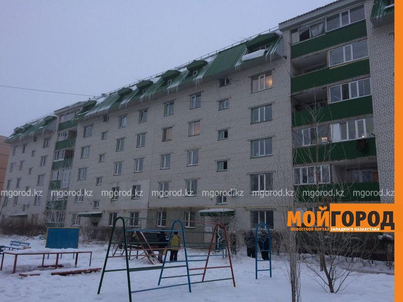 Новости Уральск - Глыба льда, упавшая с крыши многоэтажки, разбила авто в Уральске IMG-20170107-WA0032