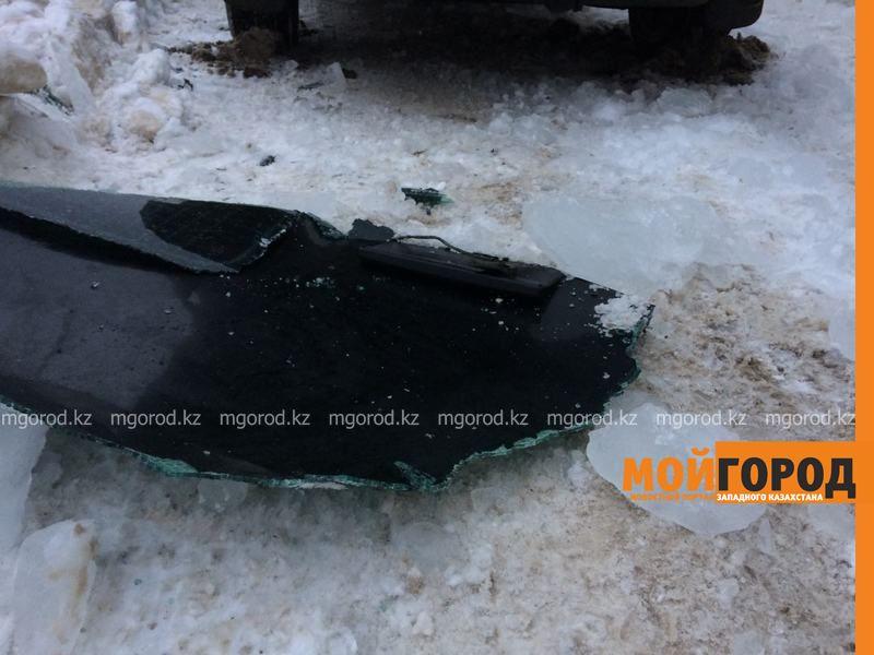 Новости Уральск - Глыба льда, упавшая с крыши многоэтажки, разбила авто в Уральске IMG-20170107-WA0034