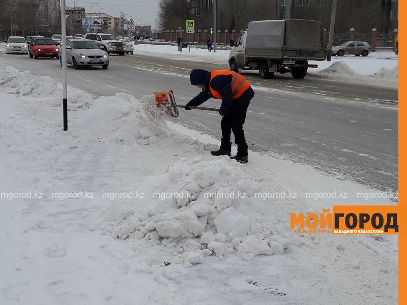 Новости Атырау - В Атырау дорожные работники согреваются прямо на улице 20170207_164553 [800x600]
