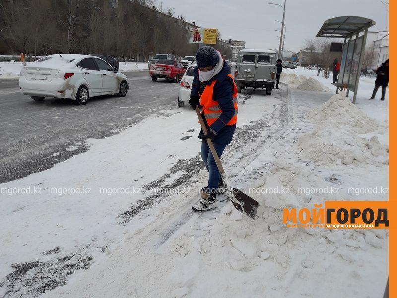 Новости Атырау - В Атырау дорожные работники согреваются прямо на улице 20170207_164603 [800x600]