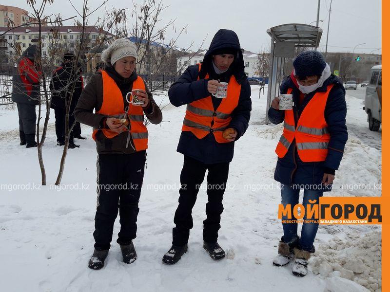 Новости Атырау - В Атырау дорожные работники согреваются прямо на улице 20170207_164911 [800x600]