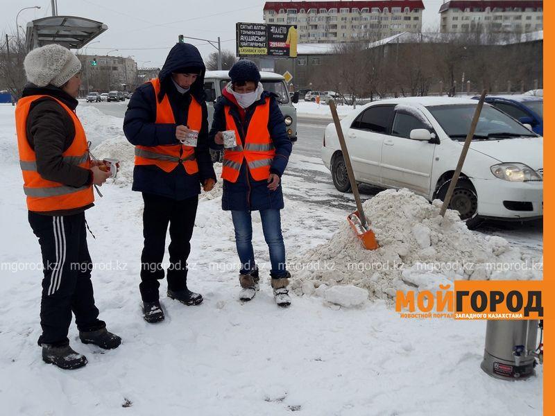 Новости Атырау - В Атырау дорожные работники согреваются прямо на улице 20170207_164926 [800x600]