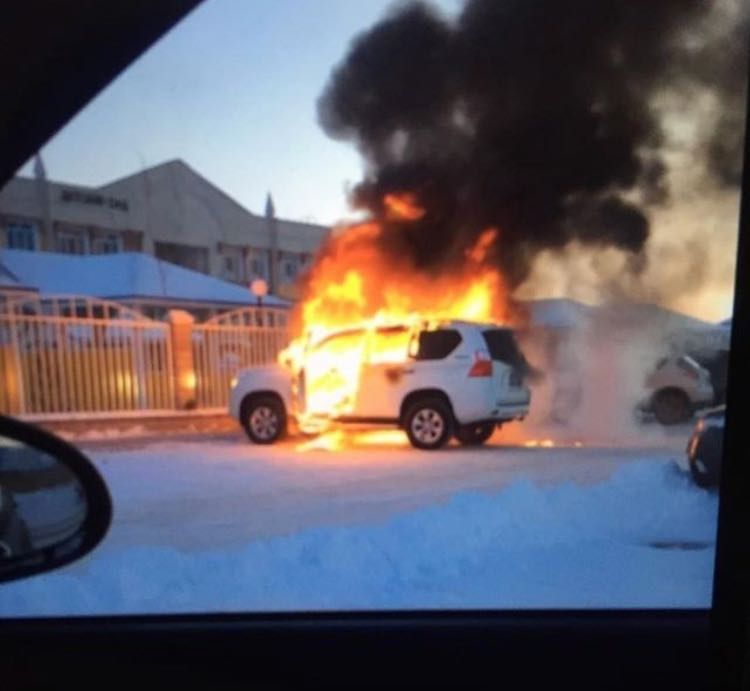 В Атырау возле детского сада сгорел джип 5c4adf50-2dd0-4ecf-8441-f7af71cecd3b