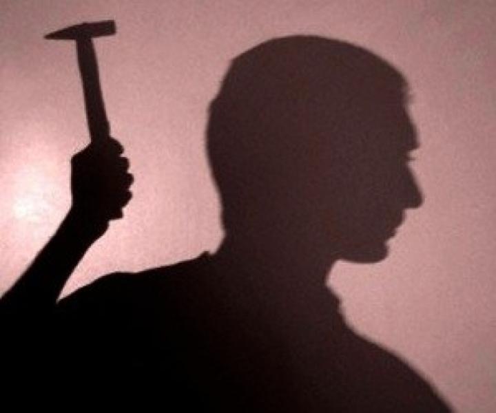 В Атырау психически больной мужчина зверски расправился с продавцом магазина molotok