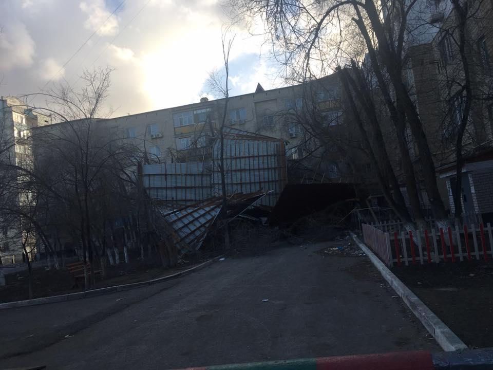 В Атырауской области ветер сносит крыши домов и валит деревья (ФОТО+ВИДЕО) 17457309_1296128047119015_470052891691164200_n