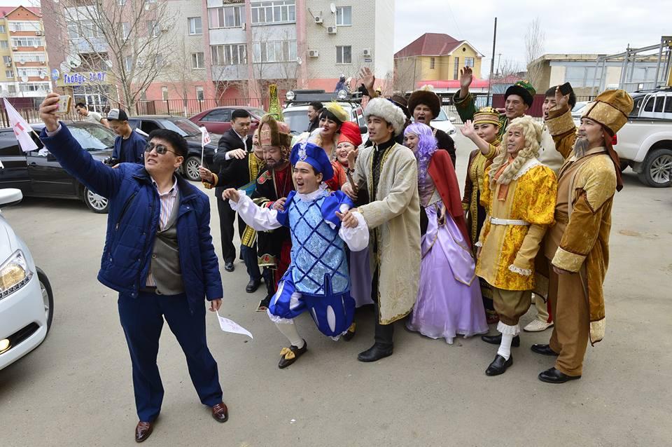 Новости Атырау - В Атырау актеры театра устроили автопарад и праздничное шествие 17553676_1723269071251918_6143635482080671471_n