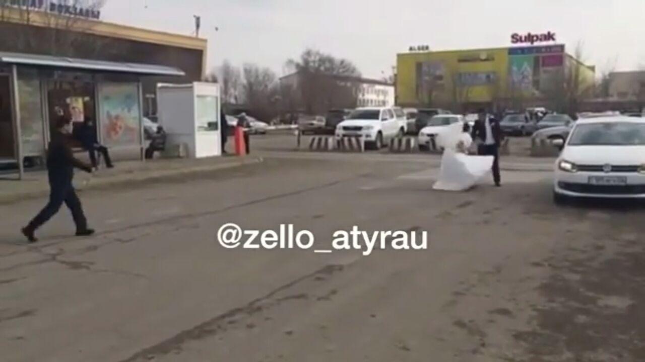 Новости Атырау - Жителей Атырау возмутило видео ругающихся матом жениха с невестой прямо на улице 28c20bfc-f2ba-4e3a-8169-819a6267df30