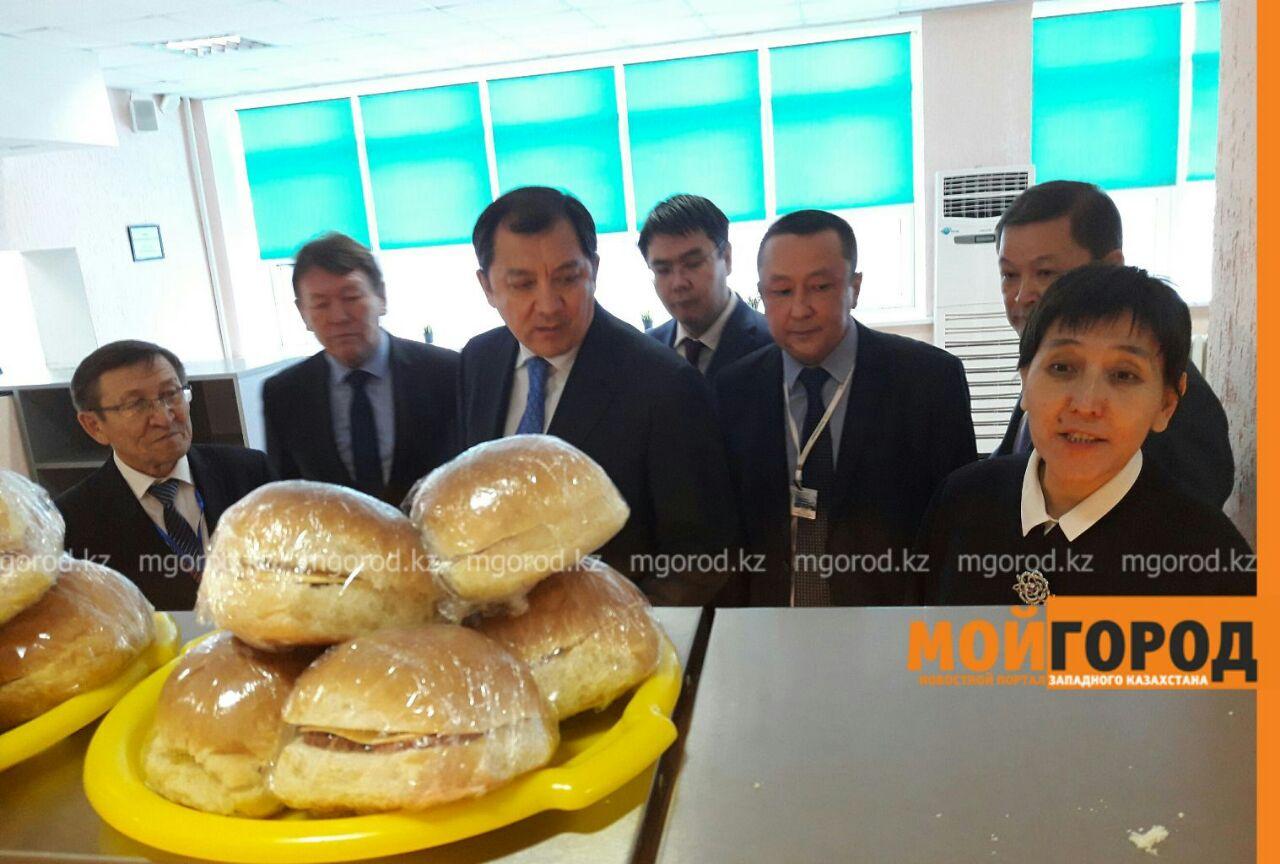 Новости Атырау - Министр труда и соцзащиты проверила, как питаются будущие нефтяники в Атырау 4f2ae0ed-ec9d-4ddc-b149-8cc62771561b