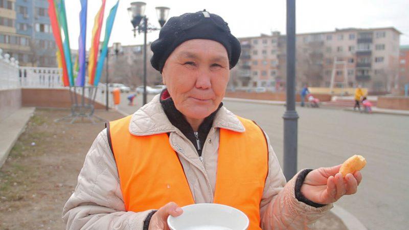 Новости Атырау - В Атырау в Наурыз уборщиков улиц угощают коже и баурсаками 5376c48e-c4b1-4222-bad5-e06702eed3cb
