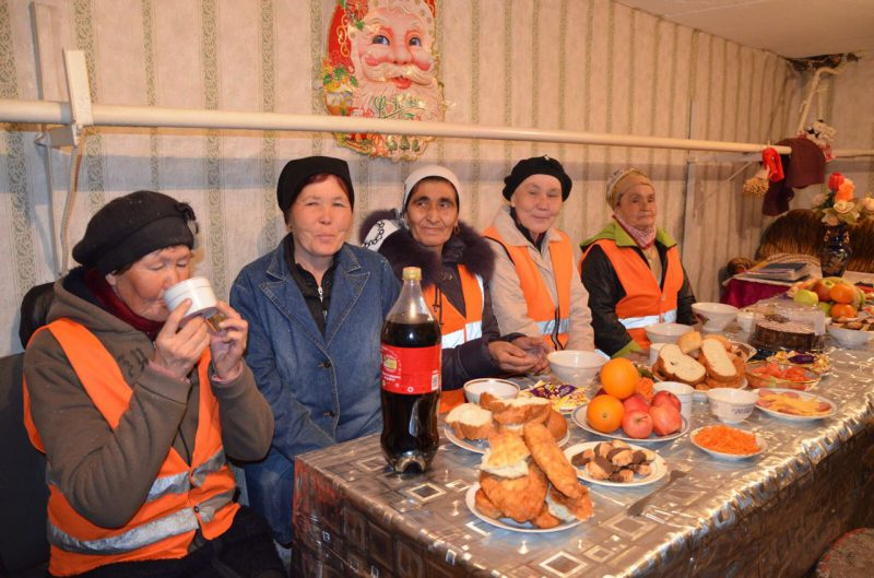 Новости Атырау - В Атырау в Наурыз уборщиков улиц угощают коже и баурсаками 58dc9079-e845-4c85-9d9b-b32d851bb89b