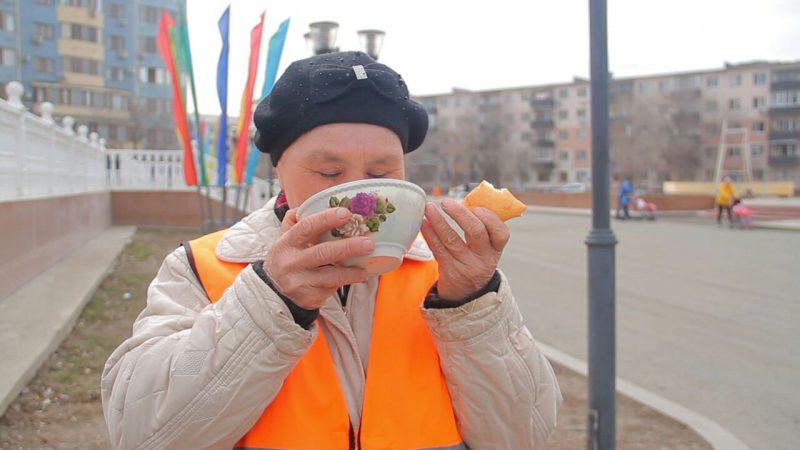 Новости Атырау - В Атырау в Наурыз уборщиков улиц угощают коже и баурсаками 6c5989af-737d-4dd1-bf28-f2d23b49688a