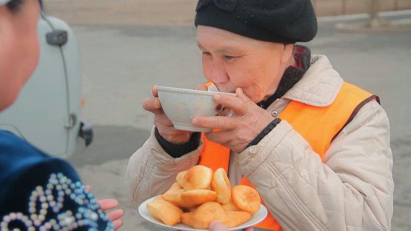 Новости Атырау - В Атырау в Наурыз уборщиков улиц угощают коже и баурсаками 96f67c5a-96c6-4357-bfed-f7a979a2ca6c