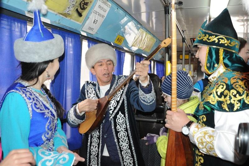 Новости Уральск - С «Көрісу күні» уральцев будут поздравлять в городских автобусах Коресу айт