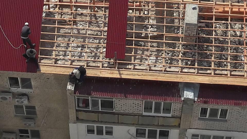 Новости Атырау - В Атырау строители чинили крышу многоэтажки без страховки (ВИДЕО) 18033843_1872700002954991_3903488042633954836_n