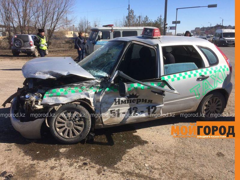 Два человека пострадали при столкновении фуры с такси в Уральске Dtp fura (1)