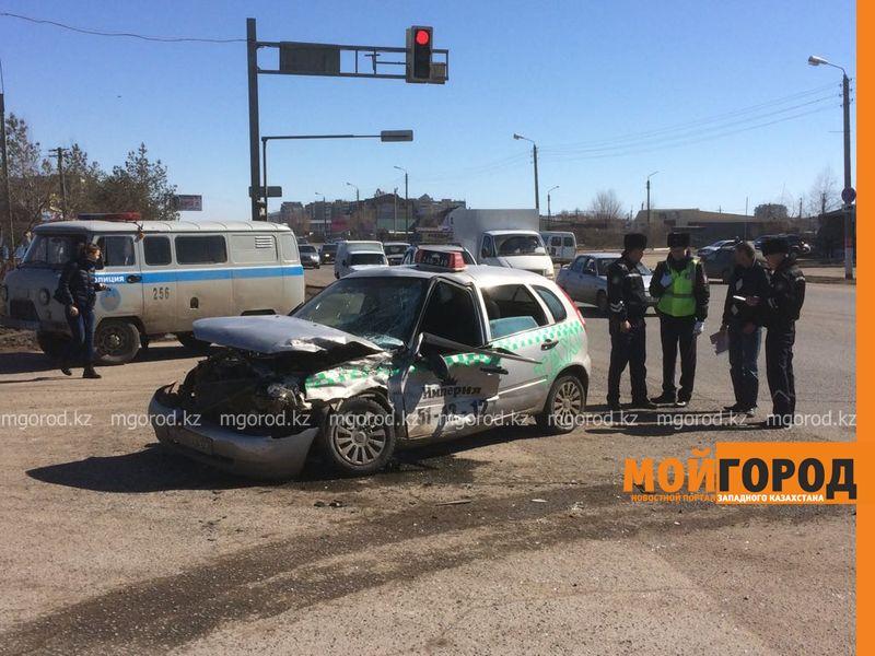 Два человека пострадали при столкновении фуры с такси в Уральске Dtp fura (2)