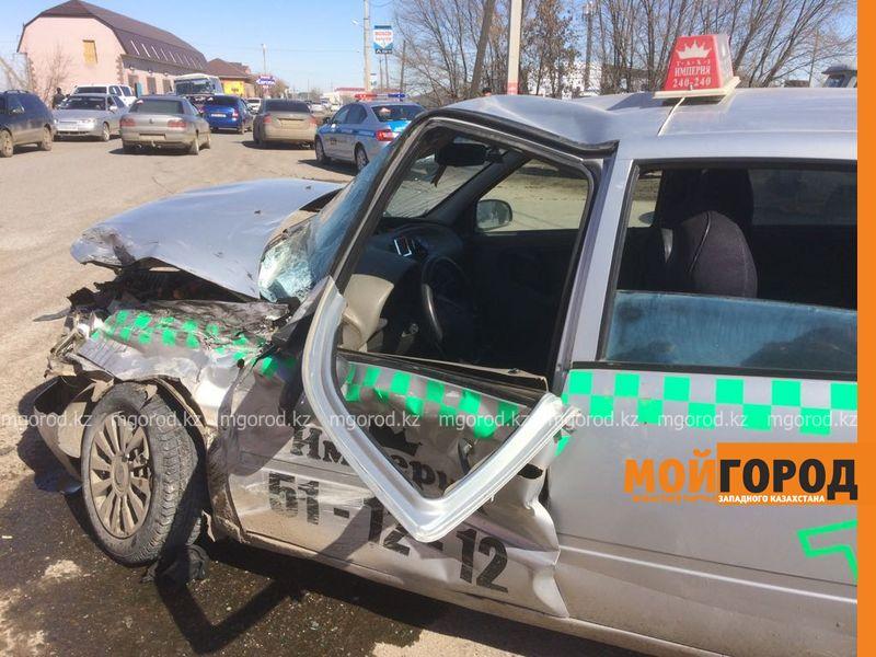 Два человека пострадали при столкновении фуры с такси в Уральске Dtp fura (3)