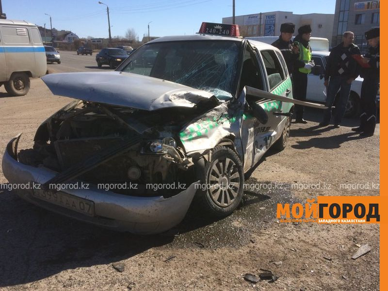 Два человека пострадали при столкновении фуры с такси в Уральске Dtp fura (4)