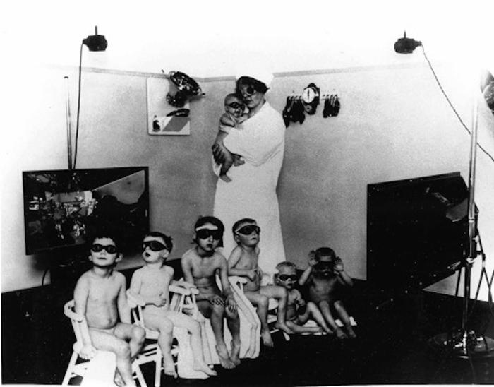 Дети под присмотром медсестры принимают ультрафиолетовые ванны с целью осветлить волосы