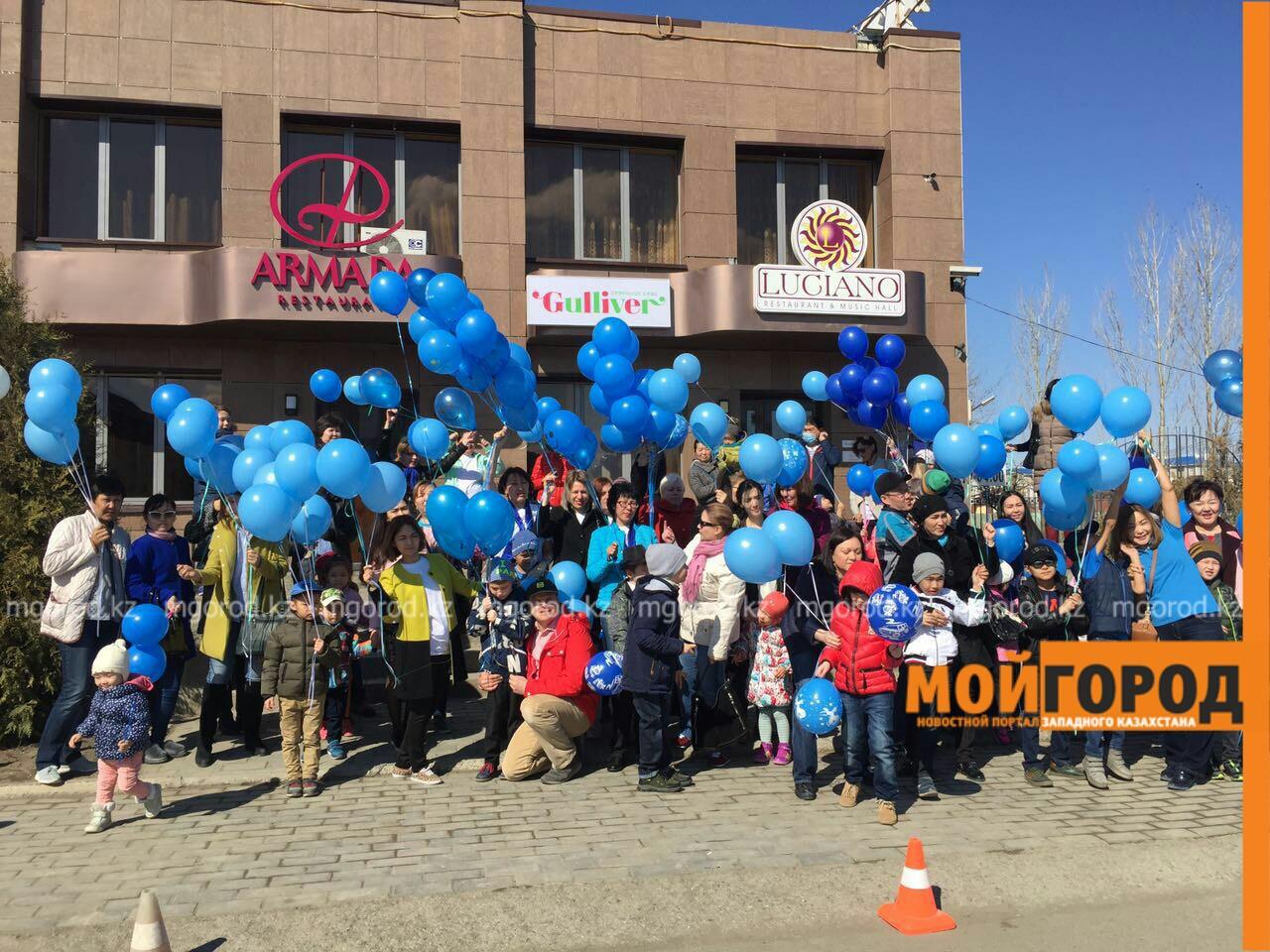Новости Атырау - В Атырау около 40 детей-аутистов окрасили небо в синий цвет PicsArt_04-03-11.38.05