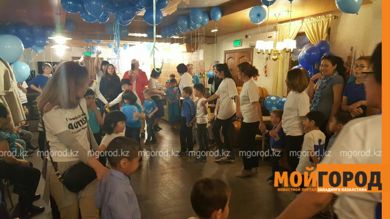Новости Атырау - В Атырау около 40 детей-аутистов окрасили небо в синий цвет PicsArt_04-03-11.38.51