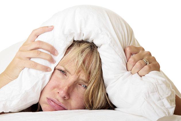 Mujer intentando dormir