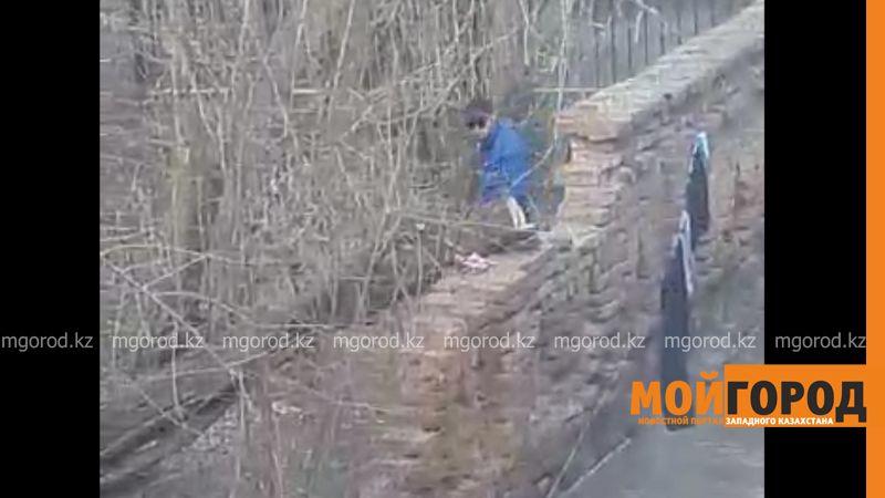 Новости Уральск - Мастурбирующего на улице мужчину сняли на видео в Уральске uralsk (1)