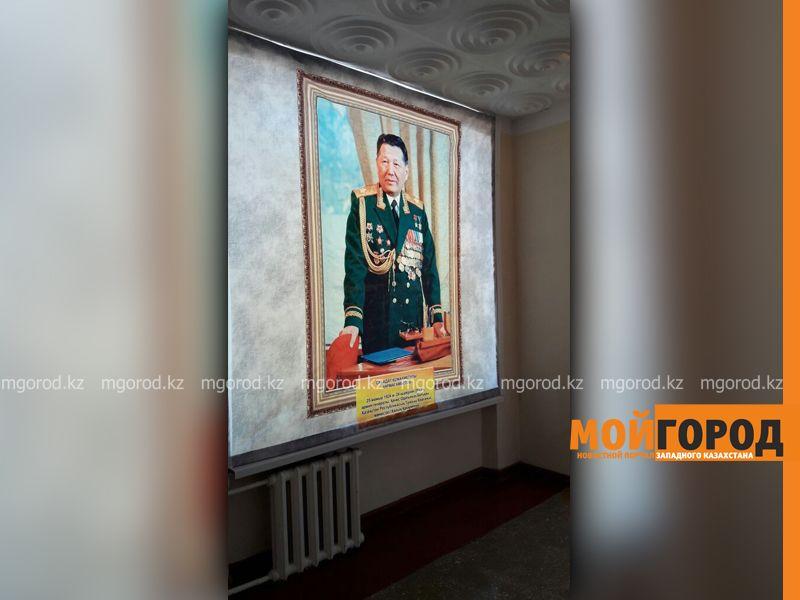 С множеством ошибок подписали портрет первого министра обороны РК в музее Уральска vtsh1