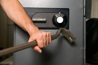 В Атырау грабители похитили из сейфа бизнесмена 7 тысяч долларов S001tai149241523152252141_320x320m